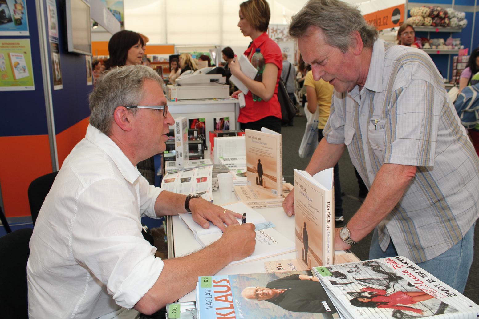 """v pátek 17. května podepisoval DAVID SMOLJAK (obrázek vpravo) knihu o svém otci Ladislavovi """"Tady všude byl"""" z produkce nakladatelství Fragment"""