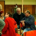 Starosta František Švarc s chotí v družném hovoru s diváky